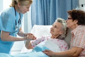 infermiera_che_parla_con_donna_anziana_e_badante