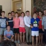 Burrafato consegna una targa ai ragazzi di ASD Sporting Termini